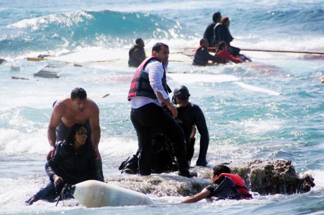 Lugareños y equipos de rescate tratan de salvar a una mujer tras el...