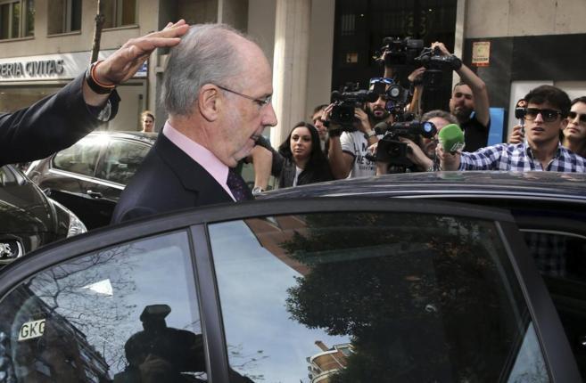 Rodrigo Rato entra en su vehículo, ayer, tras abandonar su domicilio...