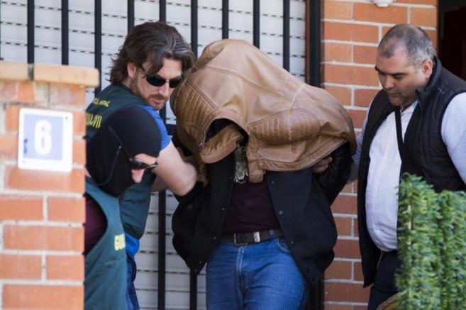 El presunto descuartizador saliendo de su casa con los agentes de la...
