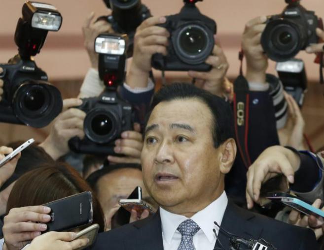 El primer ministro de Corea del Sur, Lee Wan-koo, ante los medios.
