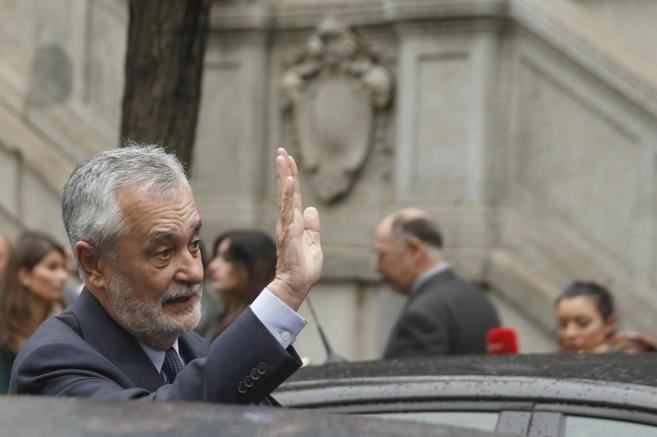 El ex presidente de la Junta, José Antonio Griñán, saluda tras...