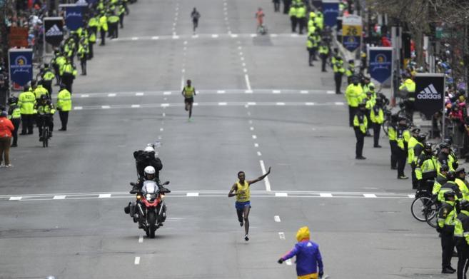 El etíope Lesisa Desisa cruza como vencedor la meta del maratón de...