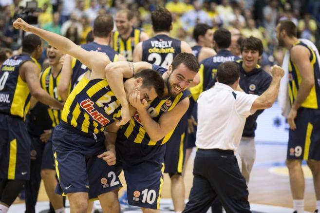 Los jugadores del Fenerbahçe celebran el pase a la Final Four de...