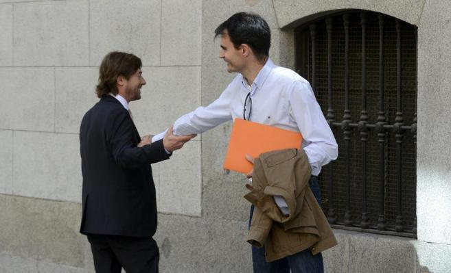 El juez Ruz se despide de su compañero Santiago Pedraz, ayer, en las...