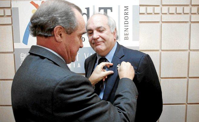 El presidente de Hosbec. A. Mayor, condecoró al sociólogo Iribas en...