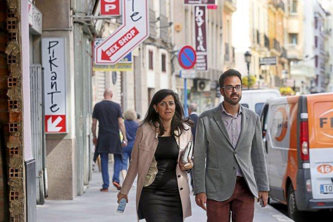 Santos y González en las misma calle donde se celebraba la reunión.