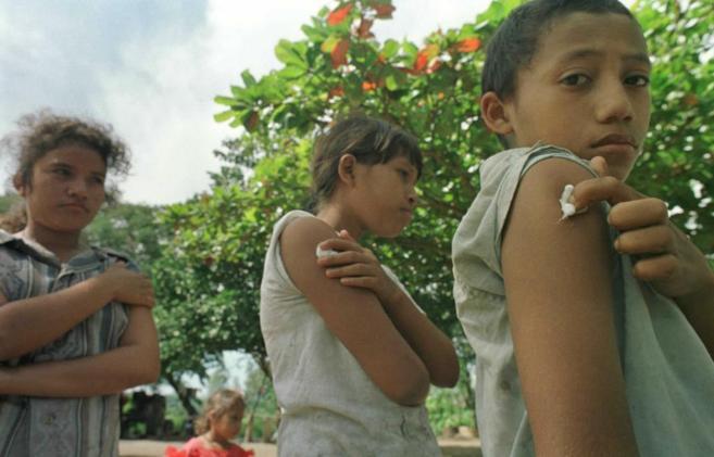 Niños nicaragüenses tras ser vacunados.