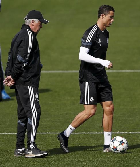 Carlo Ancelotti y Cristiano, durante el entrenamiento.