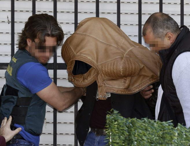 Efectivos de la Guardia Civil junto al detenido tras el registro...