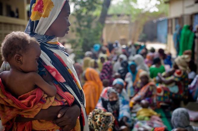 Una mujer en un centro de tratamiento nutricional en Yamena, Chad.