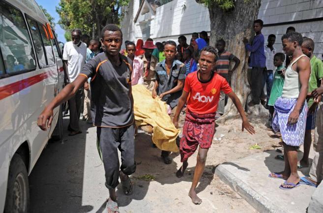 Ciudadanos de Mogadiscio transportan una de las víctimas del atentado...
