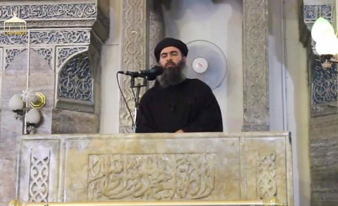 El autoproclamado líder del Estado Islámico, Al Bagdadi, durante uno...