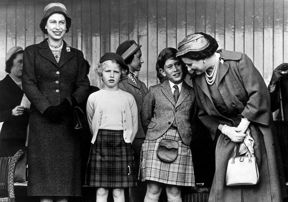 Isabel acudía junto a sus dos hijos, Carlos, vestido de escocés, y...