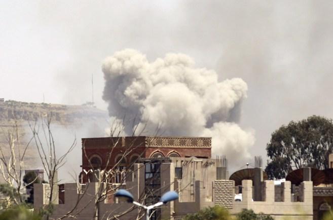 Columnas de humo se elevan desde el este de Saná, tras un bombardeo...