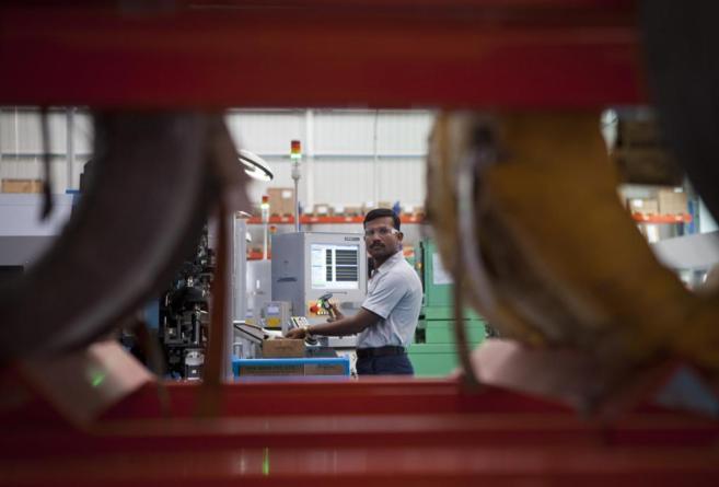 Un operario en la planta de la empresa vitoriana de bobinas RPKen la...