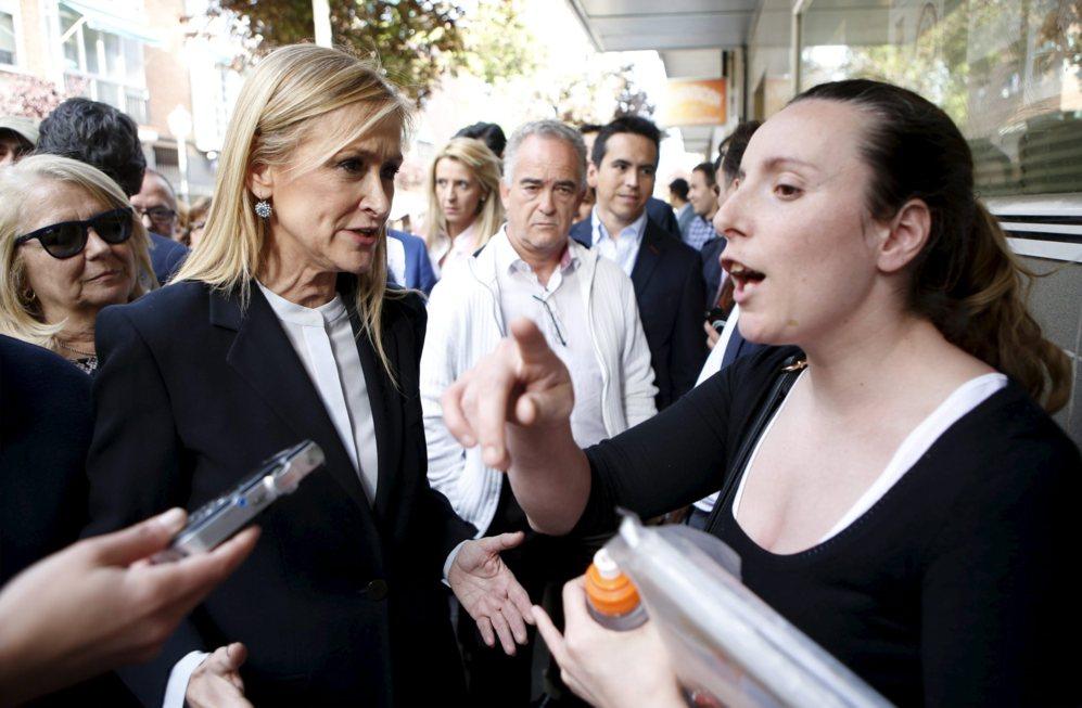 Cristina Cifuentes dialoga con una activista antidesahucios en el...
