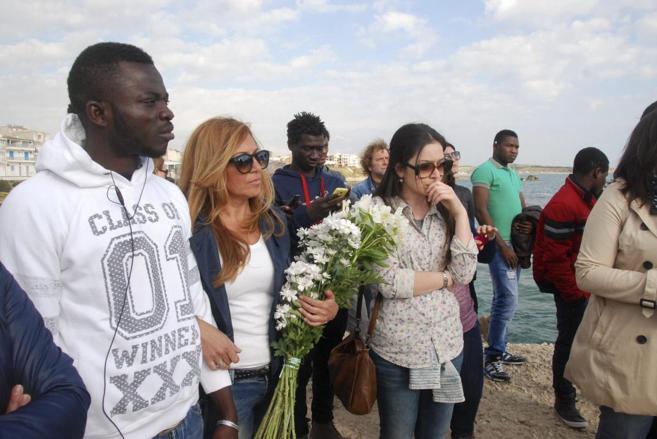 Ceremonia por las víctimas del naufragio del barco con 850...