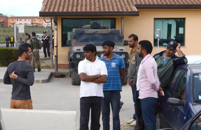 Inmigrantes y buscadores de asilo, este martes en la isla de Mineo, al...