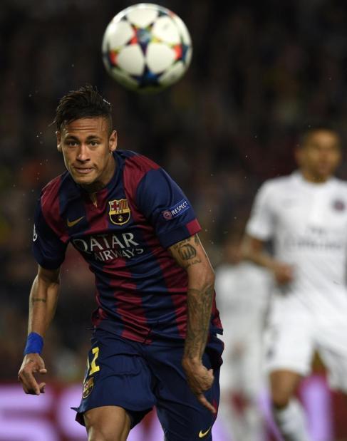 Neymar intenta controlar el balón en el partido ante el PSG.