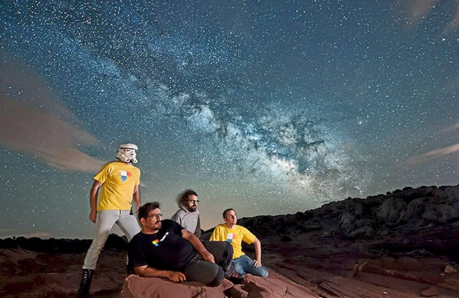 El equipo de Photopills posa con la Vía Láctea al fondo.