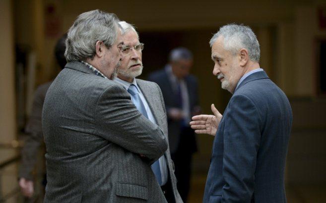A la derecha, José Antonio Griñán en el Pleno del senado a final de...