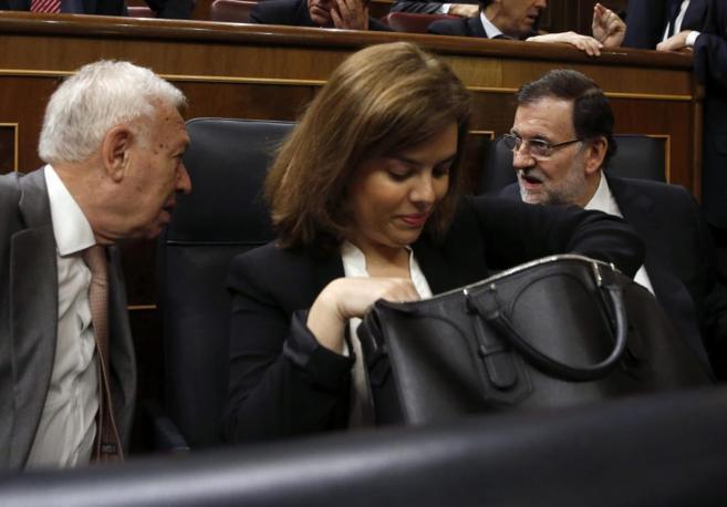 García-Margallo conversa con Rajoy en la sesión de control.