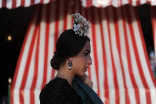 Una mujer en la Feria de Abril.