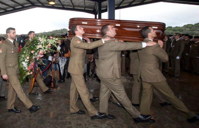 Funeral militar en la base de Cerro Muriano por el cabo Francisco...