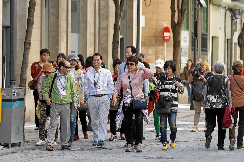 Turistas extranjeros paseando por el centro de Palma.