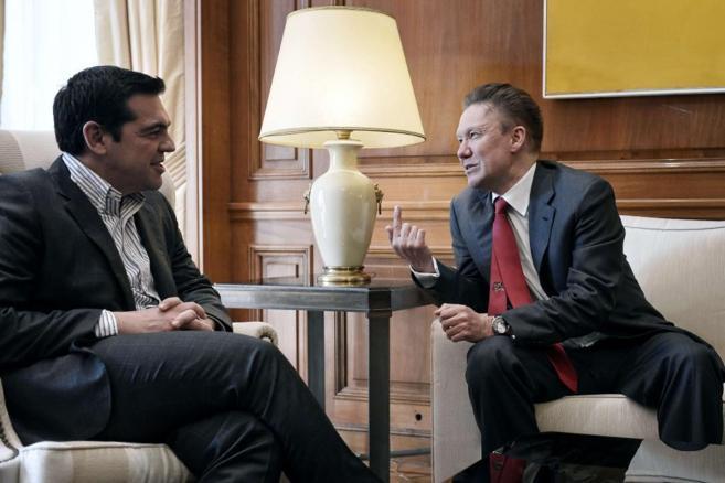 El primer ministro griego Alexis Tsipras con el consejero delegado de...