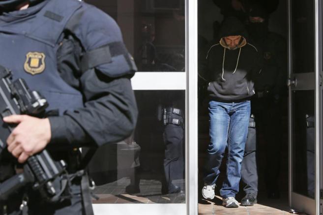 Dos mossos detienen a uno de los miembros del grupo yihadista...