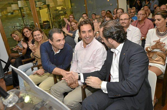 Idoia Ribas, a la derecha de Ruiz (entre Cabrer y Salom), el día de...