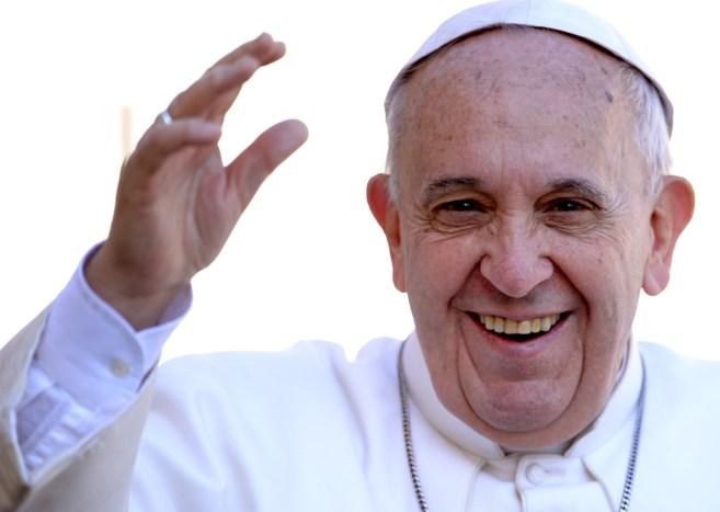 El Papa Francisco, saluda a la multitud a su llegada a la Plaza de San...