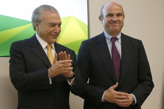 El vicepresidente de Brasil, Michel Temer, y el ministro de Economía,...