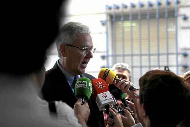 El ex interventor de la Junta Manuel Gómez atiende a la prensa en los...