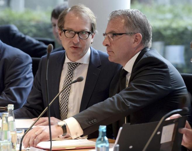 El presidente de Lufthansa, Carsten Spohr (dcha.), en la comisión...