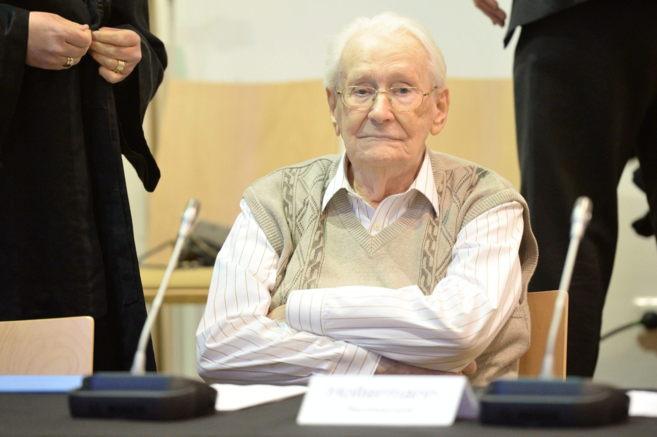 El acusado Oskar Gröning se sienta en el banquillo en el Tribunal de...