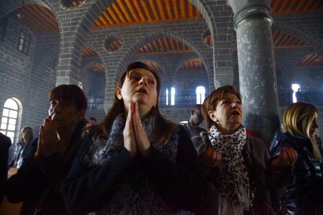 Mujeres armenias rezan durante una ceremonia en Diyarbakir (este de...