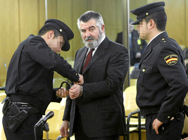 Juan Antonio Roca, custodiado por dos policías en la Audiencia...