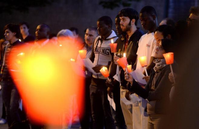 Convocados por asociaciones católicas, jóvenes rezan por los...