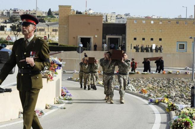 El traslado de los féretros de los 24 inmigrantes para su funeral, en...