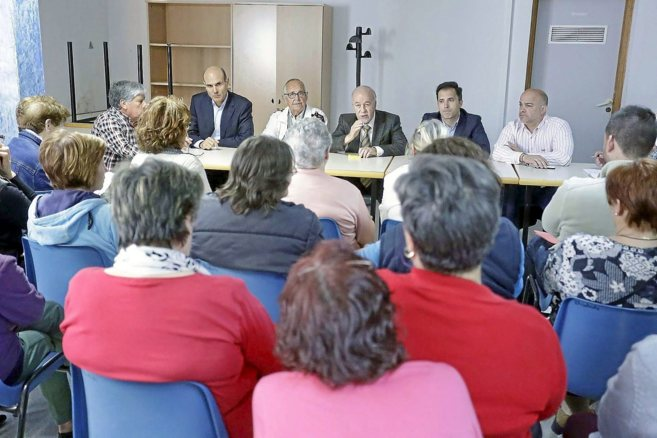 Juan Seva y Pablo Sandoval acompañan a Miguel Valor en una reunión...