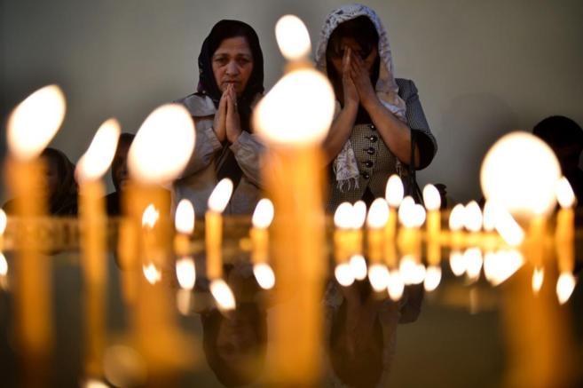 Dos mujeres rezan en la catedral de Echmiadzin, donde ha tenido lugar...