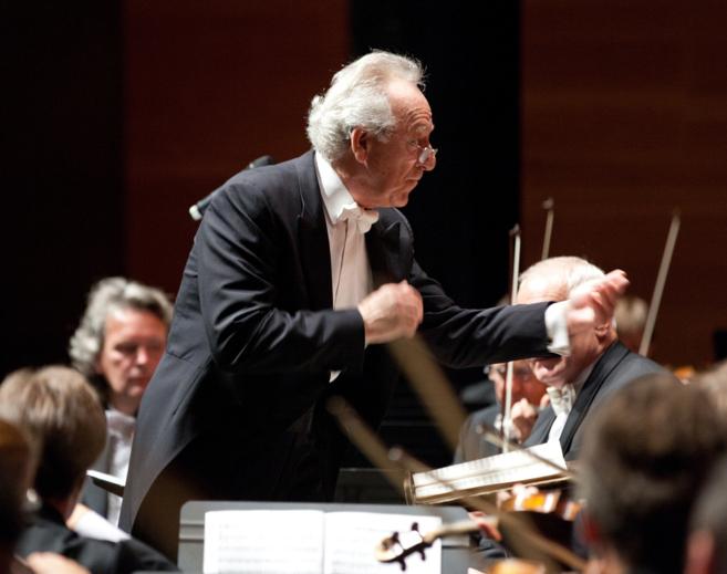El maestro Yuri Temirkano dirige a la formación rusa en un concierto.