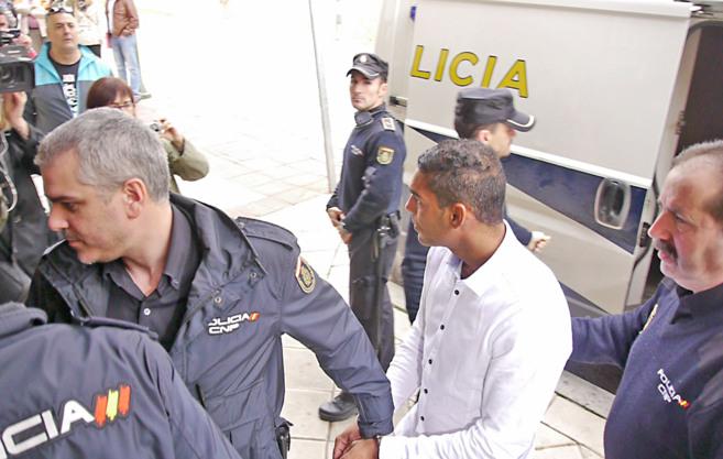 Rafael L.R., el joven condenado por atropellar a un maestro, esposado.