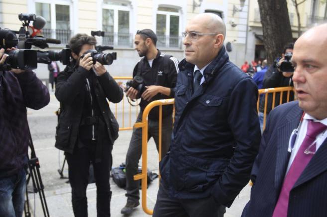 Elpidio Silva (i) junto a su abogado el pasado día 14 a la salida del...