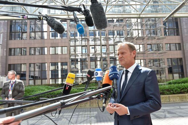 Donald Tusk se dirige a los medios a su llegada a la sede del Consejo...