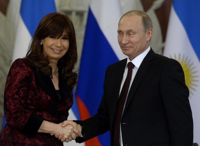 El presidente ruso, Vladimir Puti, junto a su homóloga argentina,...