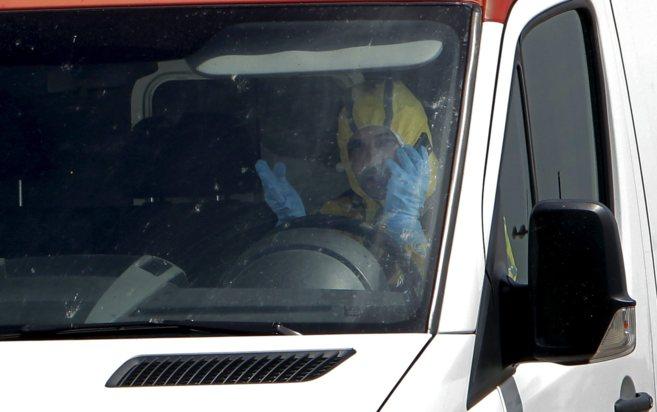 Ambulancia que ha trasladado al supuesto caso de ébola hasta La Fe