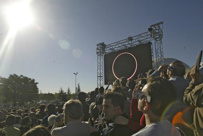 Un grupo de personas contempla un eclipse solar en las inmediaciones...
